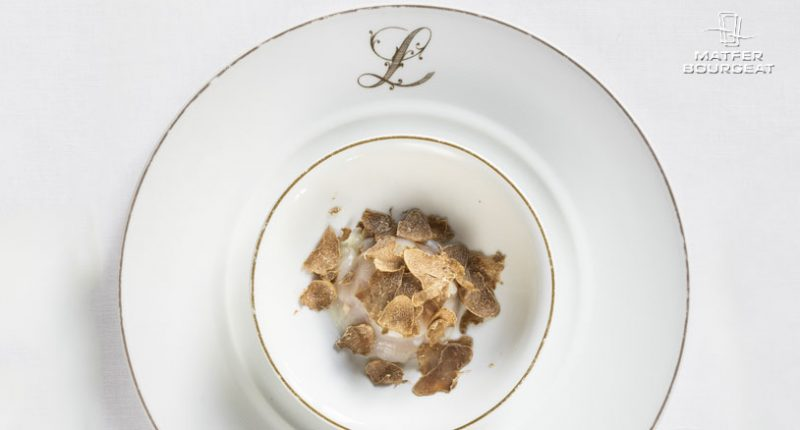 """""""Heart of small touches"""" of scallops, veal tartare with anchovy garum and grated white truffle"""
